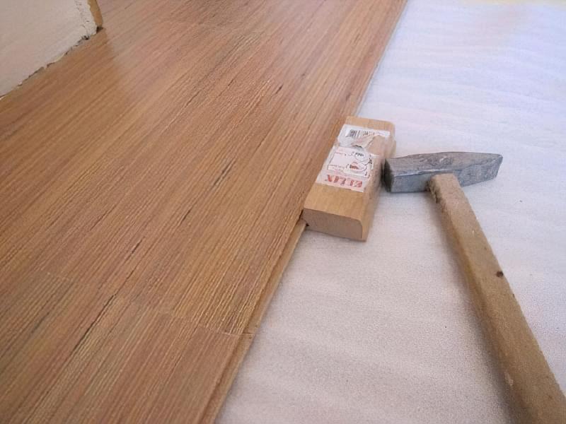Щілини в ламінаті на підлозі: чим і як прибрати після укладання 4