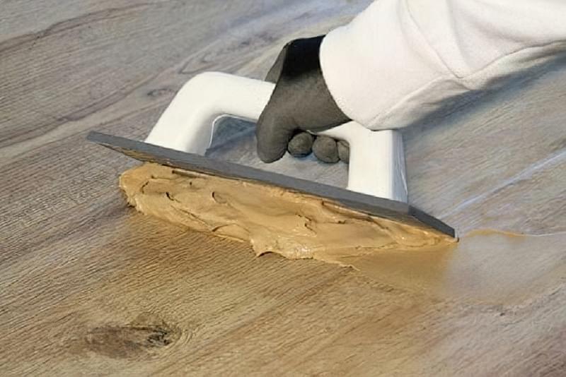 Щілини в ламінаті на підлозі: чим і як прибрати після укладання 10