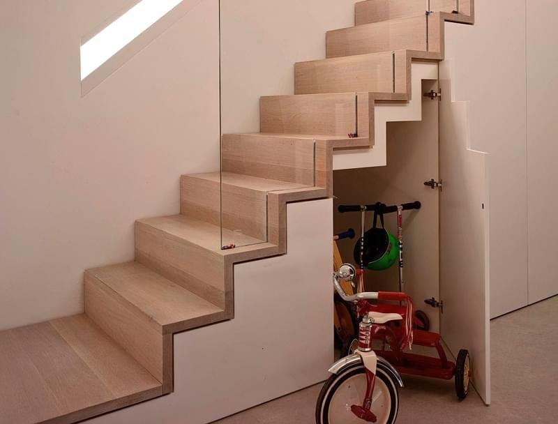 Ідеї облаштування місць зберігання під сходами 7