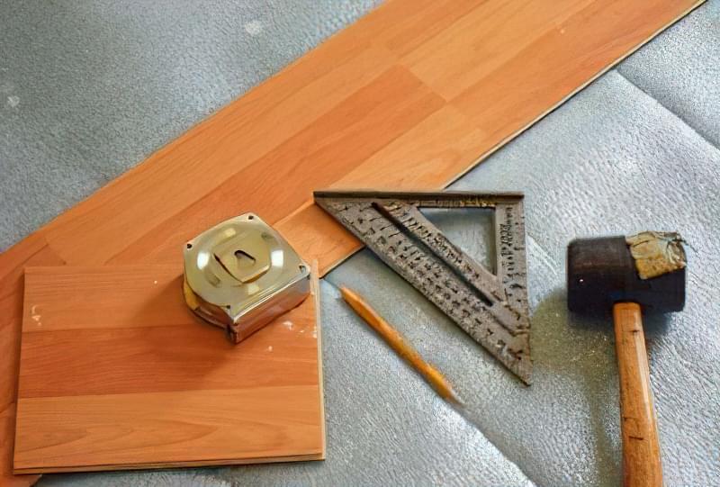 Для стикування плит використовують дерев'яний або гумовий молоток
