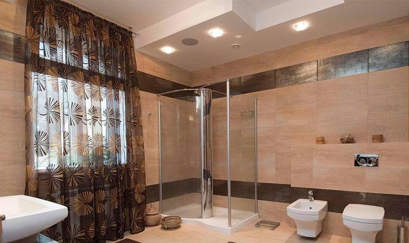 Варіанти оформлення стелі у ванній кімнаті 4