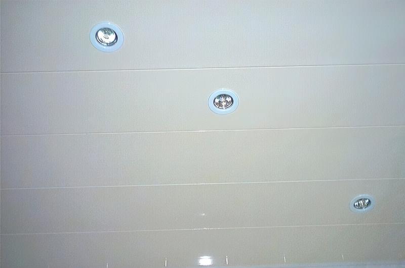 Варіанти оформлення стелі у ванній кімнаті 1