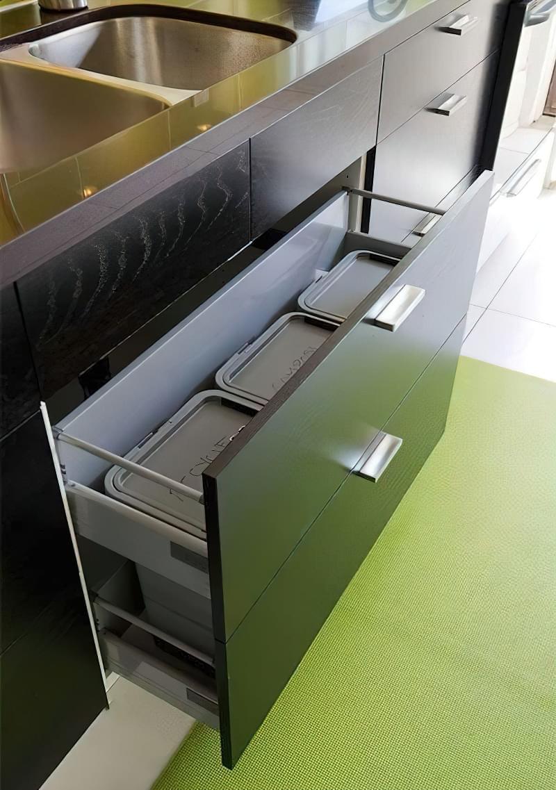 Висувні шафи для сміттєвих баків на кухні 5